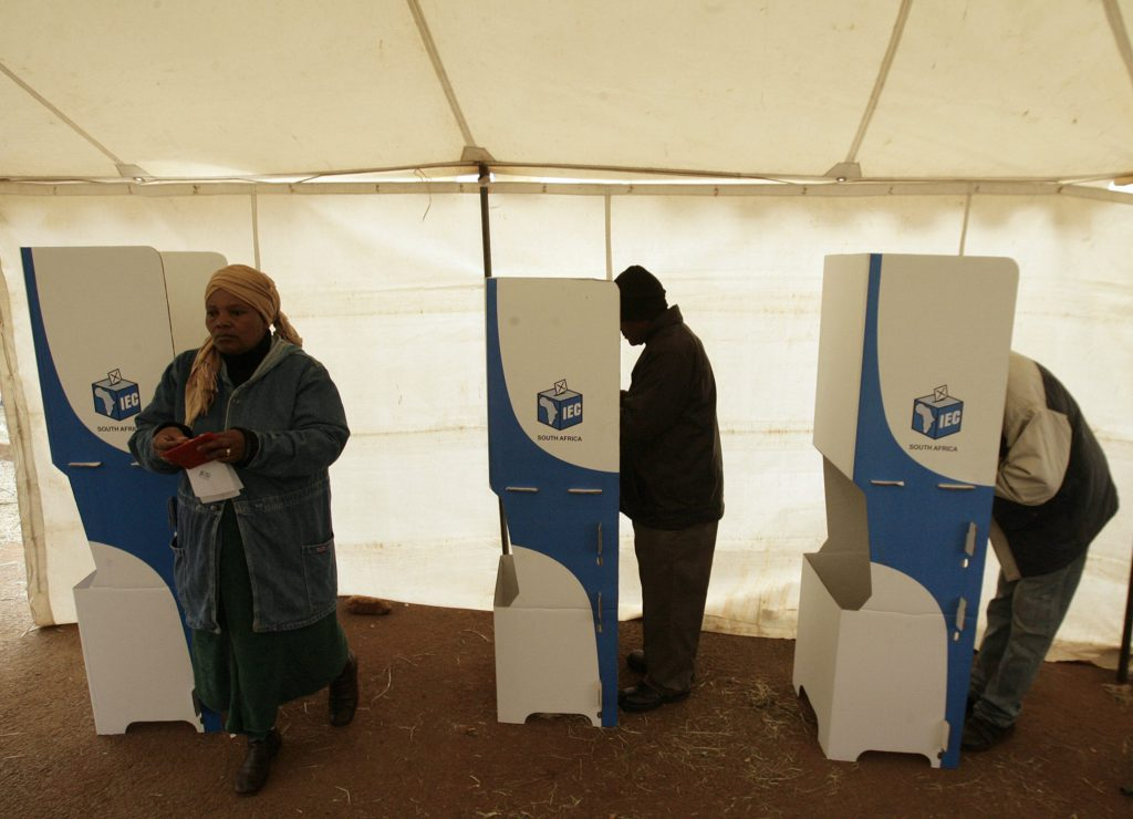 Voters cast their vote at a polling station in Freedom Park informal settlement, Soweto, April 22, 2009. South Africans voted on Wednesday in an election that poses the toughest challenge to the African National Congress since the end of apartheid and could weaken its overwhelming dominance in parliament. The ANC looks assured a fourth straight win since defeating white minority rule in 1994 under Nelson Mandela and will make its leader Jacob Zuma president weeks after he was able to get corruption charges dropped on a technicality. REUTERS/Siphiwe Sibeko (SOUTH AFRICA POLITICS ELECTIONS)